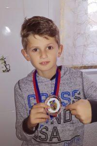 Zweiter in der Altersklasse U9: Niklas zeigt stolz die Medaille, die er beim Turnier in Witten gewonnen hat.
