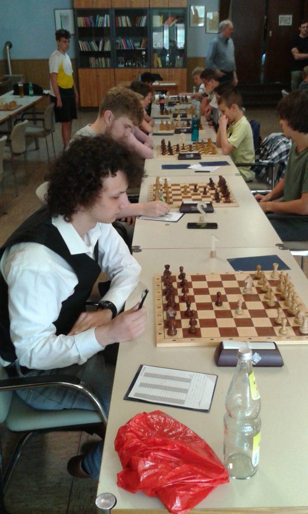 Tom und Leonardo bei den ersten Zügen gegen Oberhausen. Im Hintergrund links beobachtet Conor das Spiel