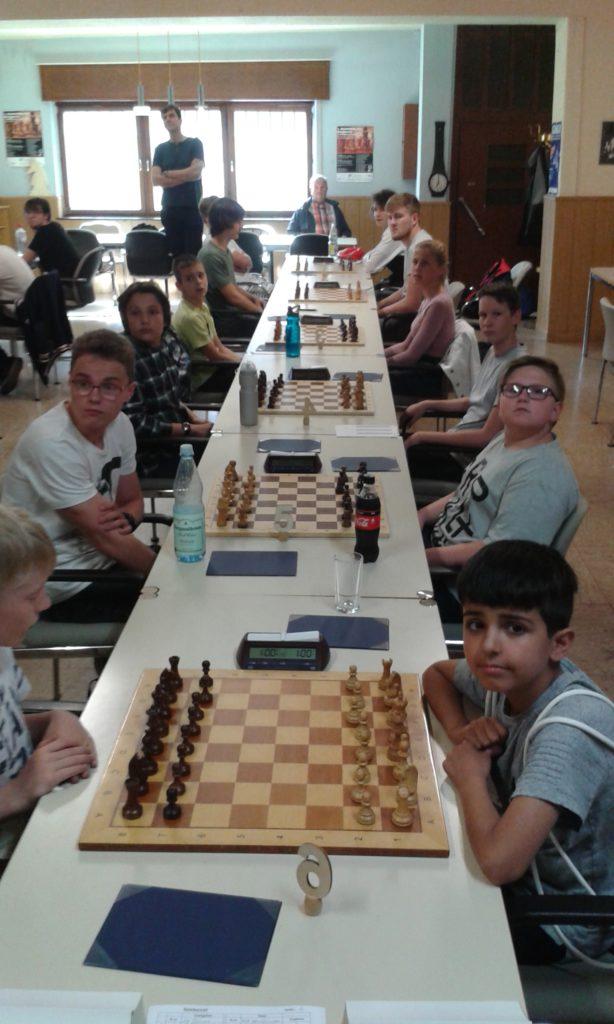 Rechter Bildrand von vorn nach hinten: Lesan, Sirko, Julien, Helen, Leonardo, Tom